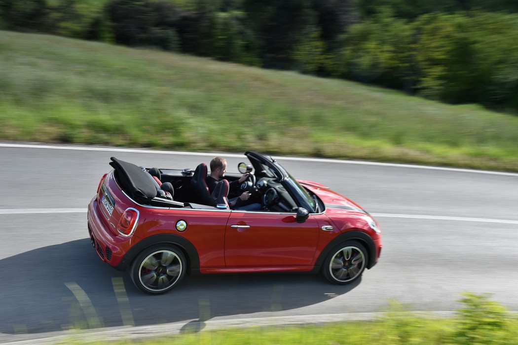 F57_JCW_convertible_465_MotoringFile